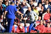 Trợ lí của Sarri bị phạt vì màn ăn mừng trêu tức Mourinho