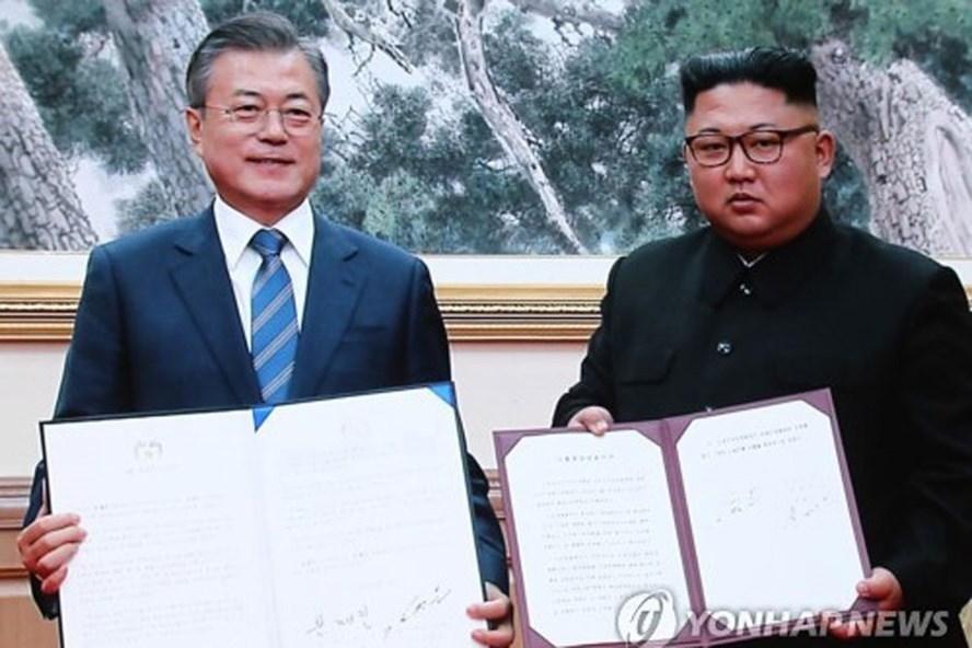 Nhà lãnh đạo Kim Jong-un và Tổng thống Moon Jae-in ký tuyên bố chung trong hội nghị thượng đỉnh liên Triều lần 3. Ảnh: Yonhap