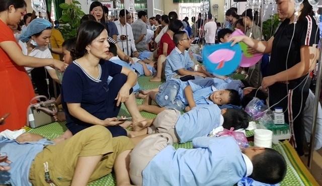 Hàng trăm học sinh tiểu học nhập viện sau khi ăn bữa trưa ở trường. Ảnh: Nguyễn Trường