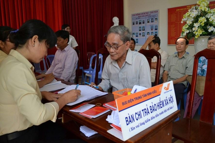 Người dân nhận chế độ BHXH tại Trung tâm Bưu điện Ninh Kiều (Cần Thơ). Ảnh: H.A