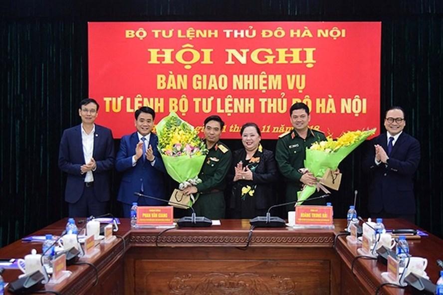 Lãnh đạo thành phố Hà Nội chúc mừng hai đồng chí Nguyễn Doãn Anh và Nguyễn Hồng Thái. Ảnh: TH