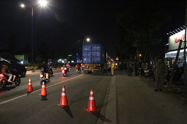 Nam thanh niên tử vong dưới bánh xe container trong làn đường xe máy