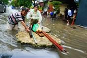 Người Sài Gòn làm bè đi lại sau bão số 9