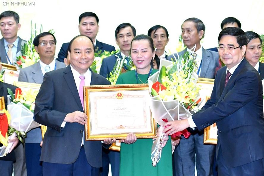 Thủ tướng trao Bằng khen cho các tổ chức và cá nhân, doanh nghiệp có thành tích xuất sắc - Ảnh: VGP