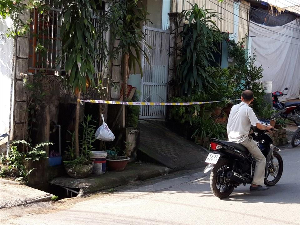 Công an phong tỏa hiện trường điều tra nguyên nhân người đàn ông tử vong.