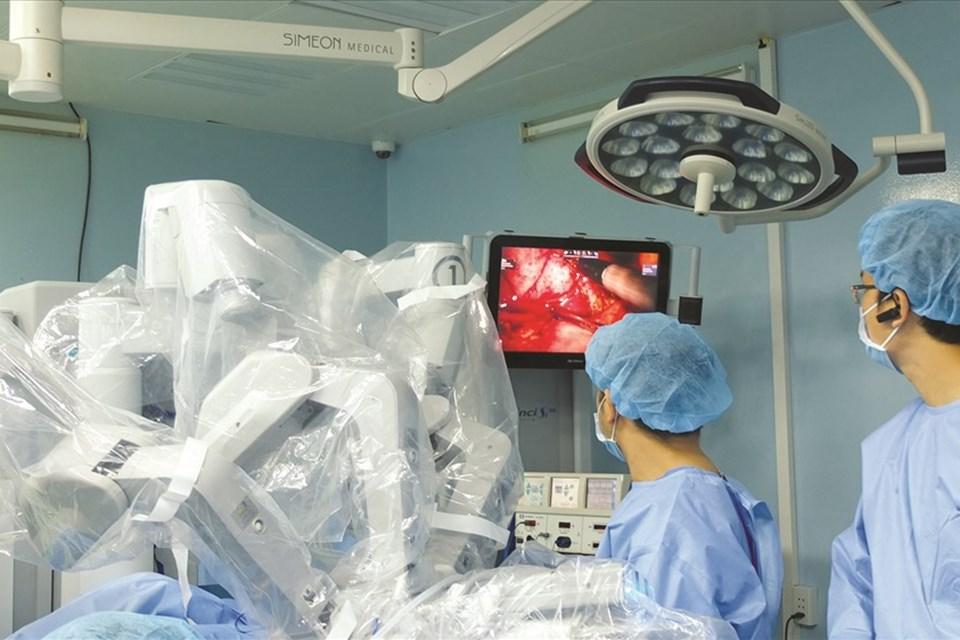 Robot phẫu thuật cứu thai phụ song sinh thoát bệnh hiểm