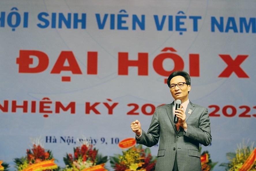 Phó Thủ tướng căn dặn các bạn trẻ nghĩ lớn, hoài bão lớn nhưng hãy bắt đầu từ những việc rất nhỏ. Ảnh: Dương Triều