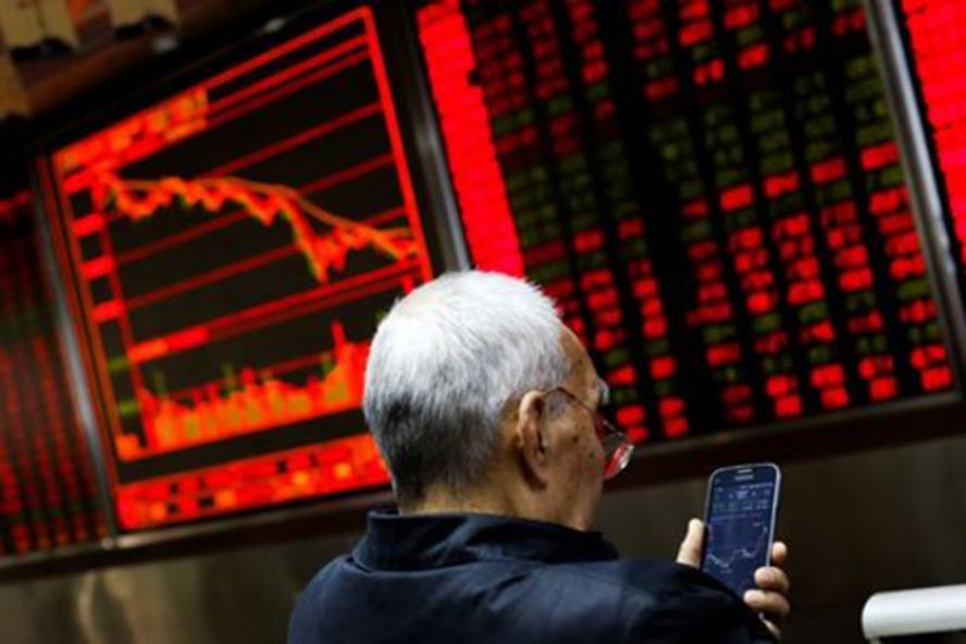 Nhà đầu tư trong văn phòng một công ty môi giới chứng khoán ở Bắc Kinh (Trung Quốc). Ảnh: Reuters.