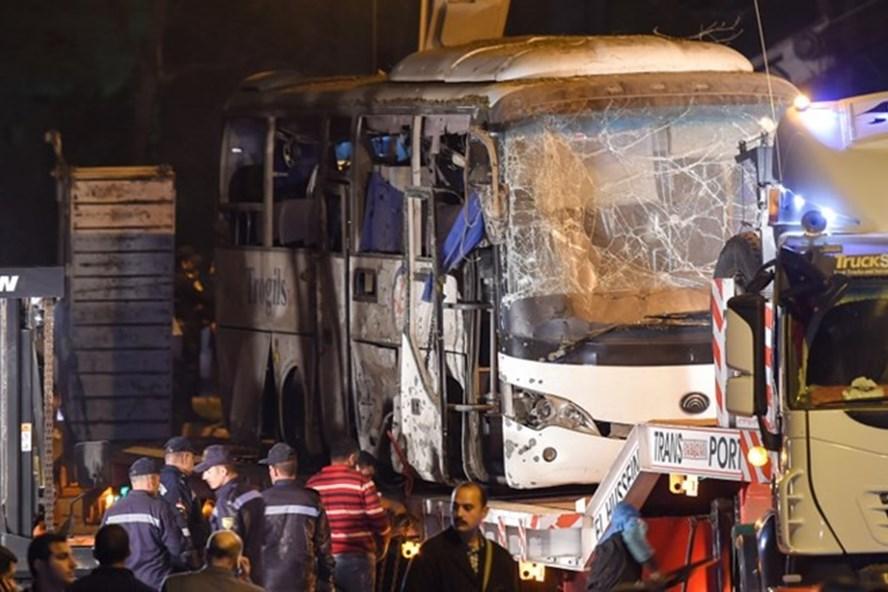 Xe chở khách du lịch Việt Nam bị đánh bom tại Ai Cập. Ảnh: AFP
