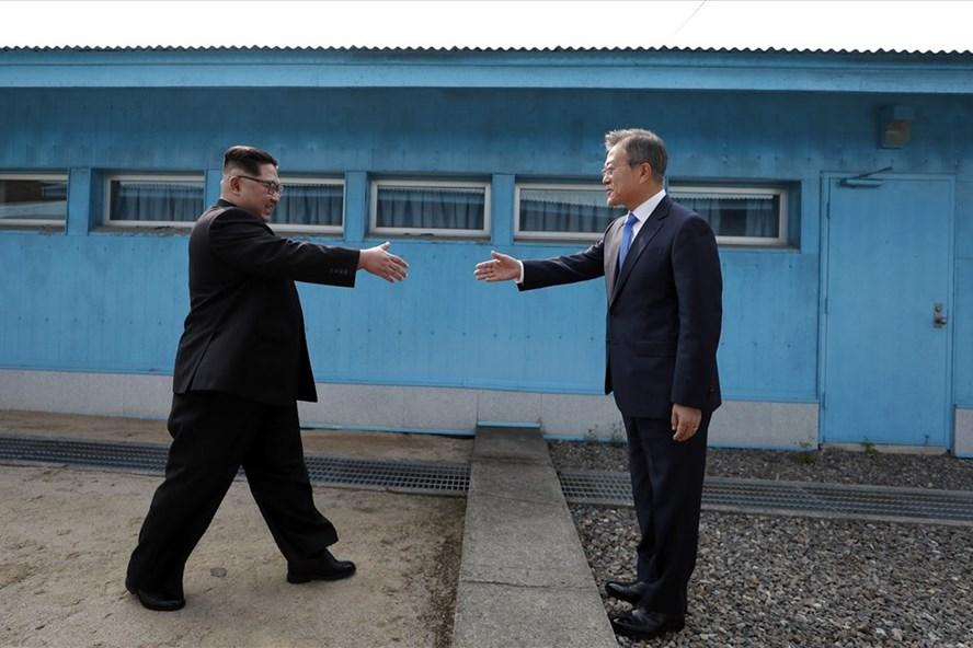 Nhà lãnh đạo Kim Jong Un và Tổng thống Hàn Quốc Moon Jae-in bắt tay nhau trước ranh giới quân sự.