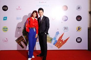 Kim Tuyến và Khôi Trần thân thiết tại buổi khai mạc.