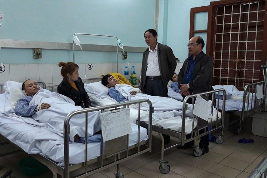 Ông Hoàng Đình Long và ông Nguyễn Quốc Khánh đại diện LĐLĐ thành phố đến thăm hỏi, hỗ trợ các bệnh nhân đang điều trị tại Bệnh viện Việt Tiệp. Ảnh: PV.