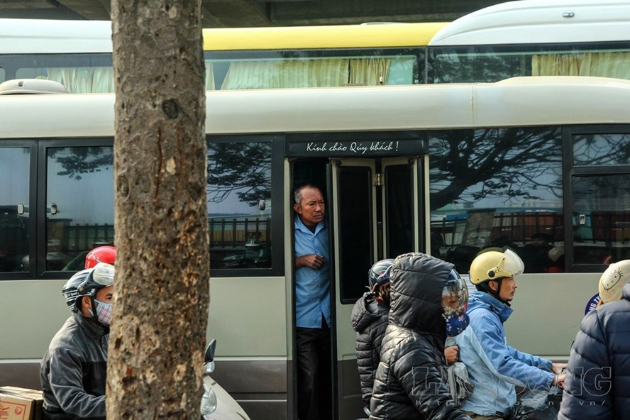 """Xe khách ngang nhiên đi với tốc độ """"rùa bò"""" bắt khách dọc đường Phạm Hùng, Phạm Văn Đồng. Ảnh: Cường Ngô"""