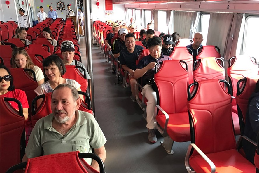 Du khách trải nghiệm tàu cao tốc sáng ngày 10.2.  Ảnh: G.A