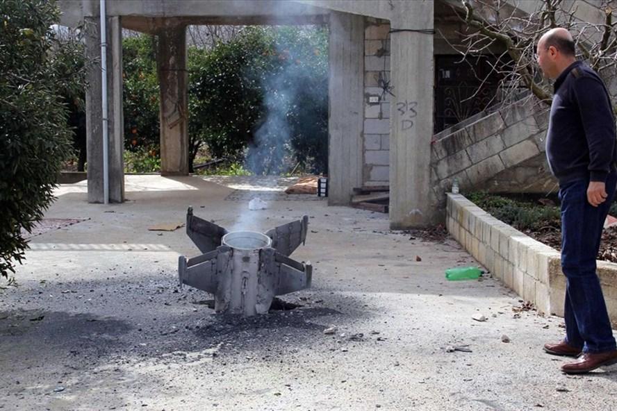 Tên lửa rơi xuống làng Kaoukaba của người Lebanon ở gần biên giới Syria sau các cuộc tấn công của Israel. Ảnh: AFP/Getty Images