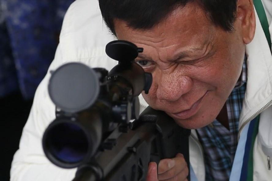 Tổng thống Rodrigo Duterte kiểm tra súng bắn tỉa CS/LR4A do Trung Quốc sản xuất. Ảnh: AP