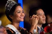 Hoa hậu H'Hen Niê giao lưu với người dân Đăk Lắk trong đêm giao thừa