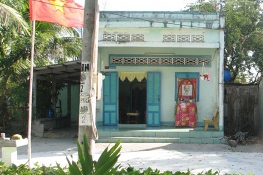 Nhà dẫu đơn sơ nhưng trước nhà lập bàn thờ Bác Hồ để đón xuân (ảnh Nhật Hồ)