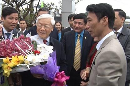 Tổng bí thư Nguyễn Phú Trọng ân cần chúc tết và tặng quà công nhân lao động tỉnh Hưng Yên