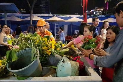 Tiếc hoa xuân bị cho vào thùng rác, người dân Sài Gòn tiếc rẻ xin về trồng