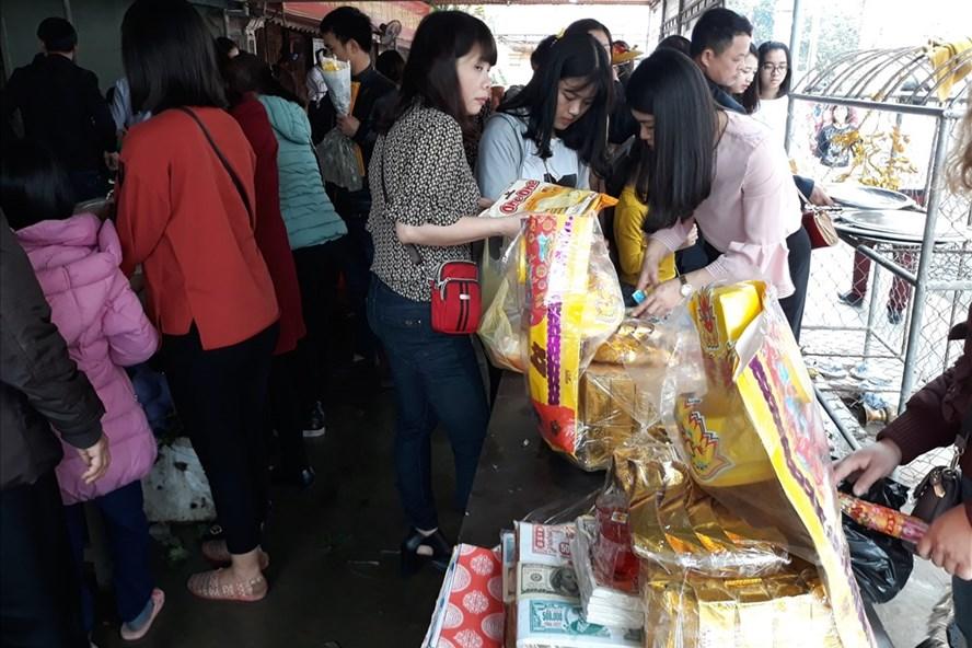 Chen lấn nhau để dâng lễ tại đền Hoàng Mười, Nghệ An. ảnh:HQ