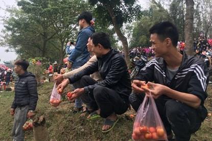 Dân làng thi nhau ném cà chua cầu may tại phiên chợ mở một lần duy nhất trong năm
