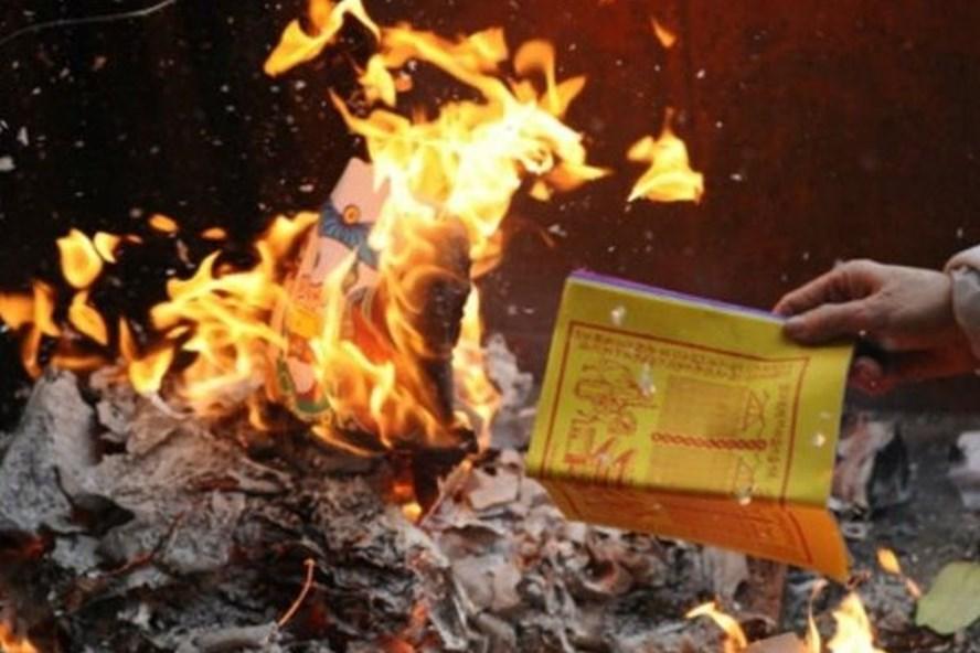 Việc đốt vàng mã quá đà sẽ gây lãng phí, hủy hoại môi trường, thậm chí tiềm ẩn nguy cơ xảy ra hỏa hoạn. Ảnh minh họa: T. L