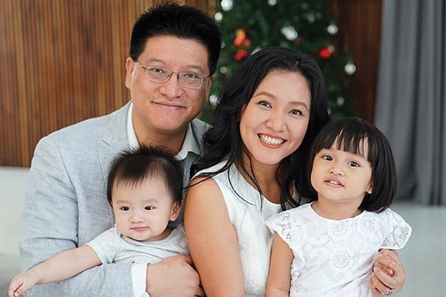 Lê Diệp Kiều Trang cùng Vũ Xuân Sơn và hai con.