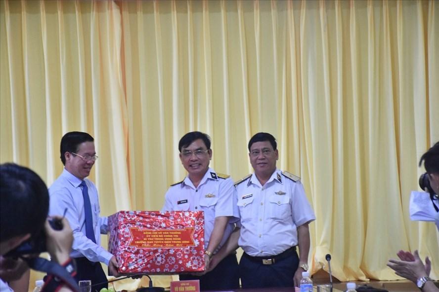Ông Võ Văn Thưởng thăm, chúc tết cán bộ chiến sĩ Bộ Tư lệnh Vùng 2 Hải quân_Ảnh: CTV