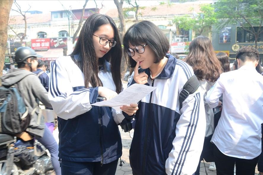 Học sinh Trường THPT Việt Đức (Hà Nội) thảo luận sau khi làm xong bài thi khảo sát lớp 12.