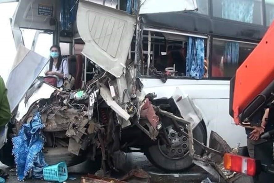 Hiện trường vụ tai nạn giữa xe cứu hỏa và xe khách.