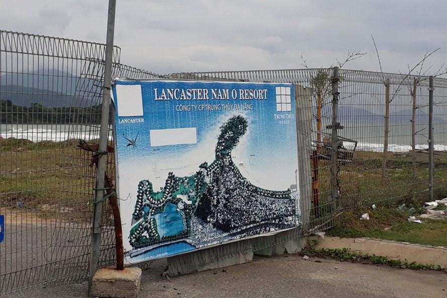 Chủ đầu tư Dự án Lancaster Nam Ô Resort đang đóng cửa đường đi xuống biển.Ảnh: T.T