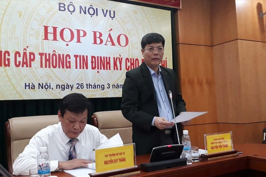 Ông Nguyễn Tiến Thành (đứng) - Chánh văn phòng Bộ Nội vụ thông tin tại họp báo. Ảnh: Vietnamnet
