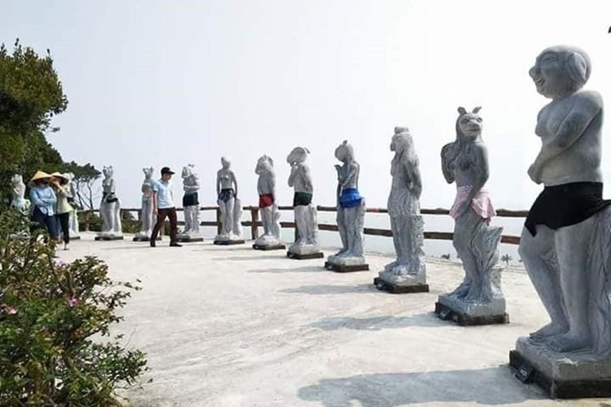 Cty Cổ phần quốc tế Hòn Dáu chọn cách mặc váy, quần bơi cho những bức tượng này.