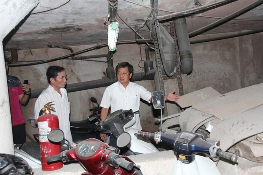 Ông Đoàn Ngọc Hải kiểm tra tầng hầm giữ xe chung cư 145 Nguyễn Trãi. Ảnh: QUANG KHẢI/Tuổi trẻ.