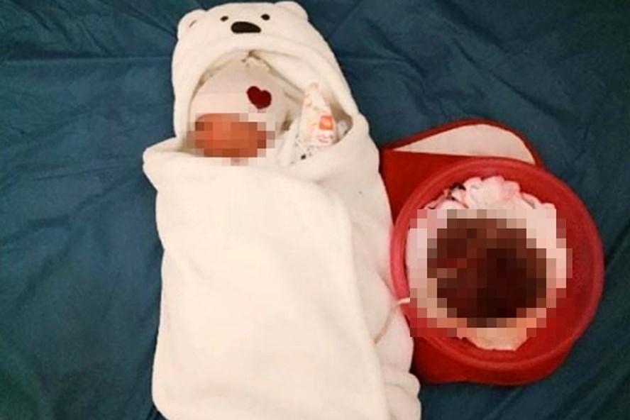 Hình ảnh em bé chưa cắt dây rốn của người mẹ tự sinh và đỡ đẻ cho mình tại nhà chia sẻ.