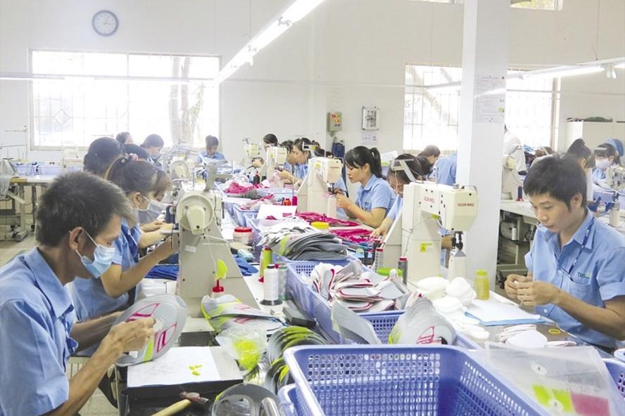 Một dây chuyền sản xuất có cả nam và nữ tại một doanh nghiệp trực tiếp sản xuất - Ảnh: L.T
