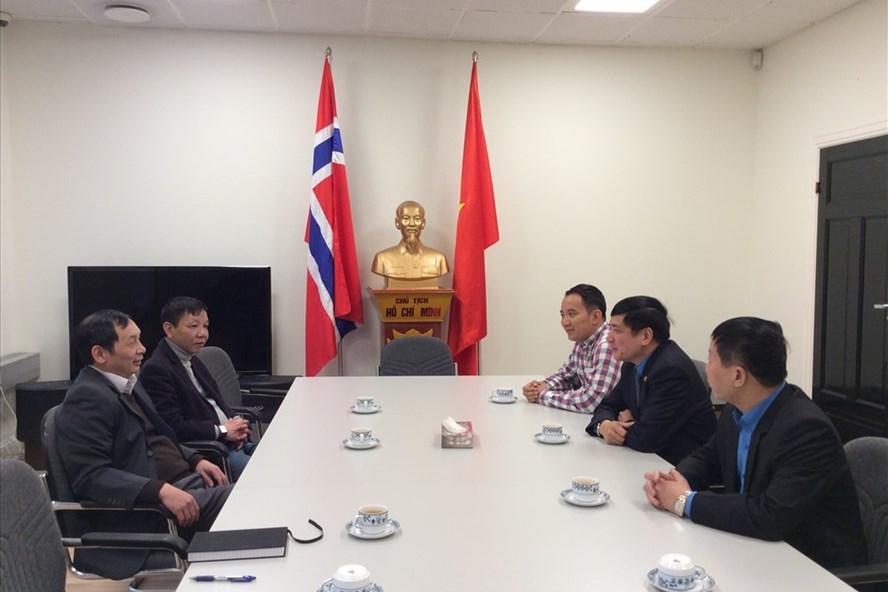 Chủ tịch Tổng LĐLĐVN Bùi Văn Cường làm việc với Đại sứ Việt Nam Nguyễn Hồng Cường tại Na Uy.  Ảnh: B.Đ.N