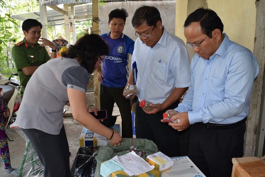Ngành chức năng kiểm tra và tịch thu số thuốc tại cơ sở bà Hoa (ảnh: P.V)