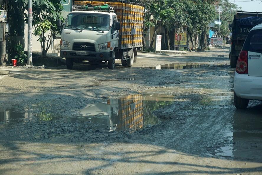 Nhiều đoạn trên tuyến đường Phạm Hồng Thái bị xuống cấp nghiêm trọng (ảnh: Tr.L-Q.Đ)
