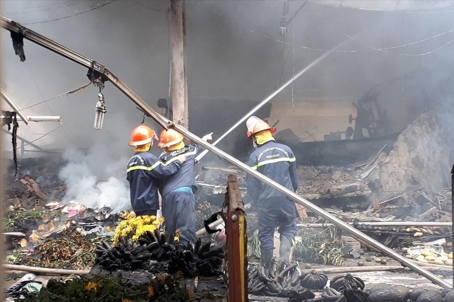 Vụ cháy chợ Quang (Thanh Liệt, Thanh Trì, Hà Nội) chiều 31.3 khiến nhiều tiểu thương trắng tay. Ảnh: TV