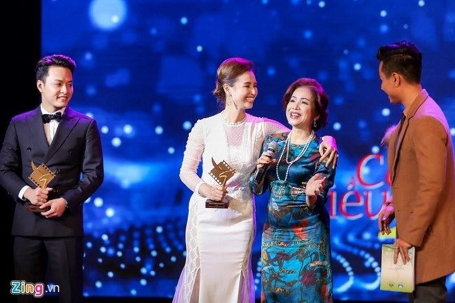 Hình ảnh về sự cố trao thiếu cup tại giải thưởng Cánh diều vàng 2016.