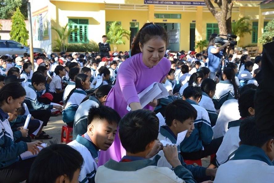 Giáo viên cùng ngành điện tổ chức tuyên truyền, phát tờ rơi đến các em học sinh về hành động tiết kiệm điện.