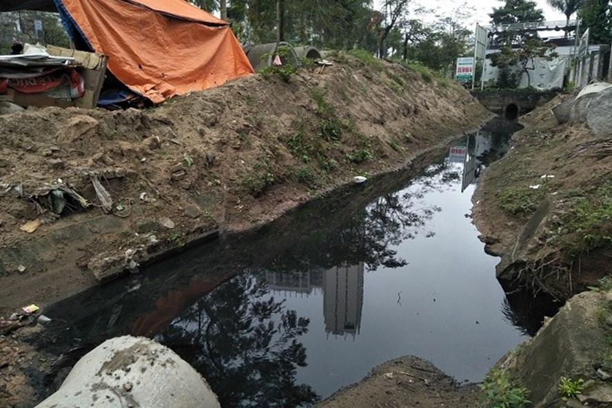"""Đoạn mương nước thải chưa được """"cống hóa"""" trên đường Lê Đức Thọ khiến nhiều gia đình, cơ quan, đơn vị bị ảnh hưởng vì ô nhiễm."""