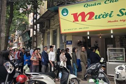 Xếp hàng dài chờ mua bánh trôi, bánh chay ở quán chè nức tiếng Hà Thành