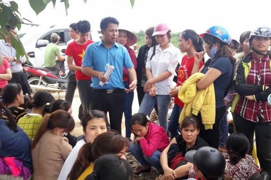 Ông Nguyễn Xuân Tuấn - Phó trưởng Ban Chính sách pháp luật LĐLĐ tỉnh Thanh Hoá đối thoại với công nhân. Ảnh: X.H