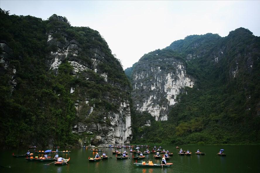 Những người lái đò chờ khách ở Tràng An.