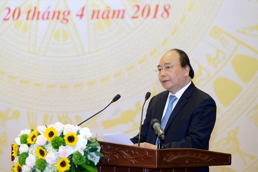 Thủ tướng Nguyễn Xuân Phúc chỉ đạo Hội nghị trực tuyến toàn quốc tháo gỡ khó khăn cho đầu tư xây dựng diễn ra sáng 20.4. Ảnh: PV