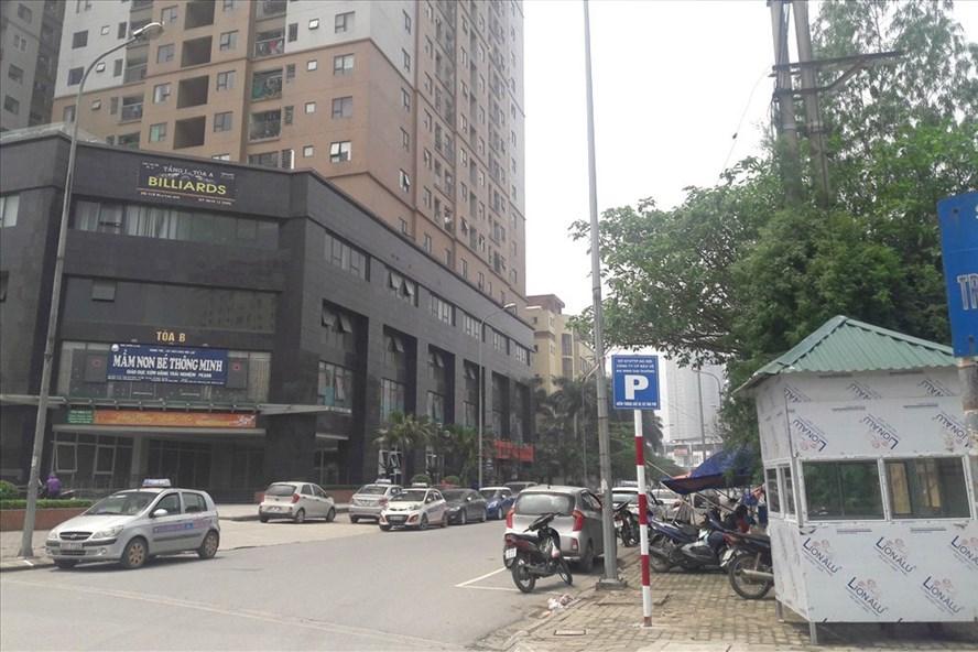 Công ty Đại Dương ngang nhiên đặt trạm trông xe tại vỉa hè trên đường Tô Hiệu (Hà Đông). Ảnh: CN.