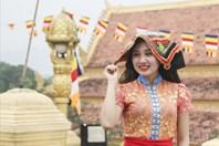 Thiếu nữ dân tộc quyến rũ với điệu múa dân gian